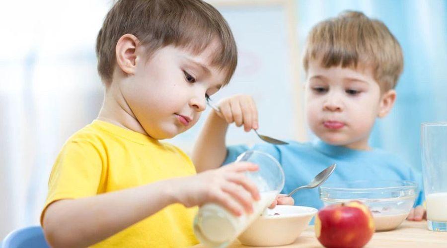 奶粉要喝到几岁?  1 岁的宝宝可不可以喝牛奶